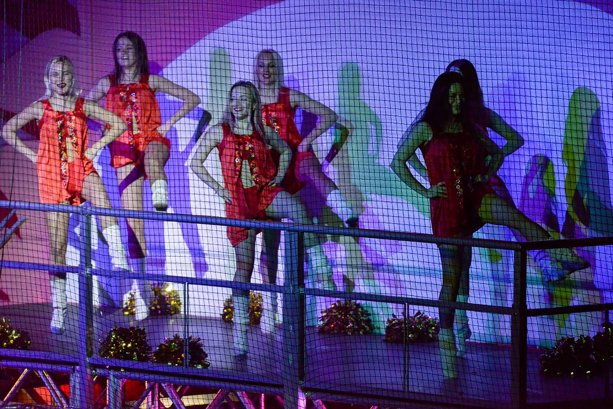 """В Подольске, помимо милых народных забав, зрителей развлекали девушки из группы поддержки """"Витязя"""", раздевшиеся, по случаю плэйофф, больше обычного."""